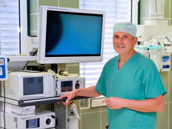 Dr. Attig, leitender Arzt der Klinik für Allgemeinchirurgie, Koloproktologie und minimalinvasive Chirurgie, im Operationssaal.