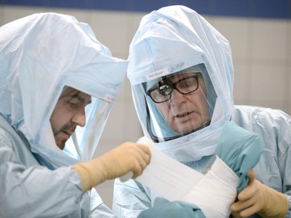 Dr. Georg Deymann und Christian Philipps, Oberärzte der Klinik für Unfallchirurgie, Orthopädie und Sportmedizin, bei einer endoprothetischen Operation.