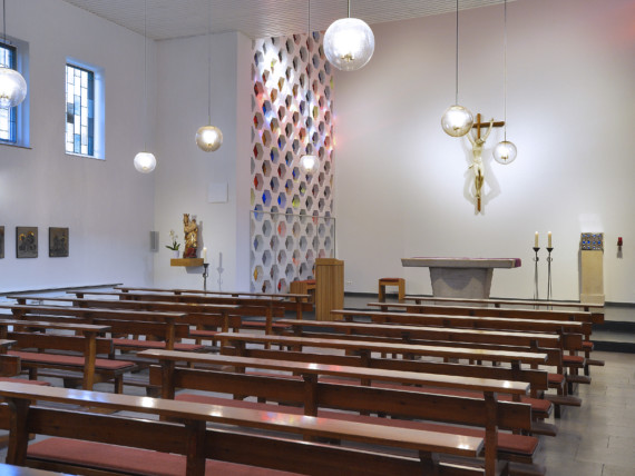 Blick auf den Altar der Kapelle im St.-Antonius-Hospital Kleve.