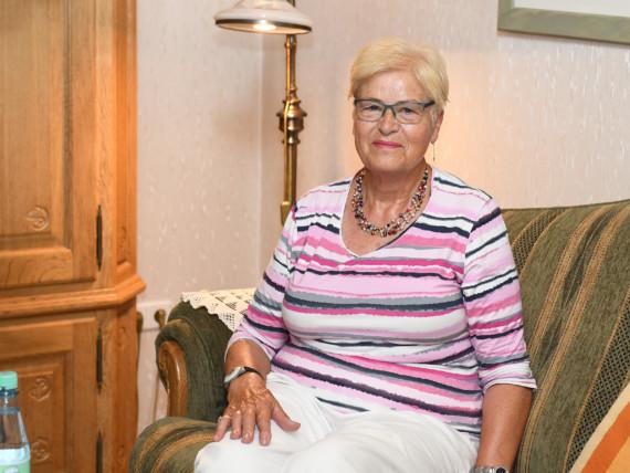 Magdalena Kosmann im Wohnzimmer ihrer Wohnung.