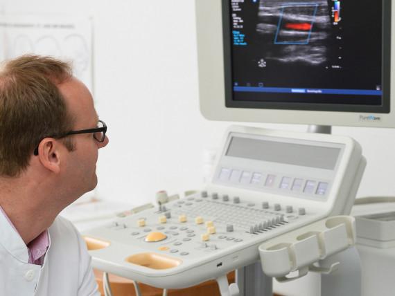 Dr. Klaus-Dieter Willenborg, Chefarzt der Klinik für Neurologie und klinische Neurophysiologie, bei einer Doppler- und Duplexsonographie der hirnversorgenden Arterien.