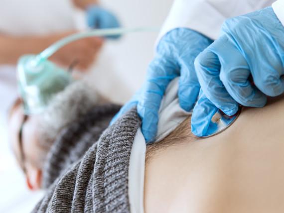 Pneumologische Untersuchung eines beatmeten Patienten.
