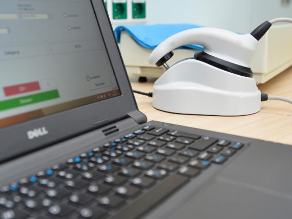 Ein Untersuchungsgerät und ein Laptop zur Diagnostik im SPZ.