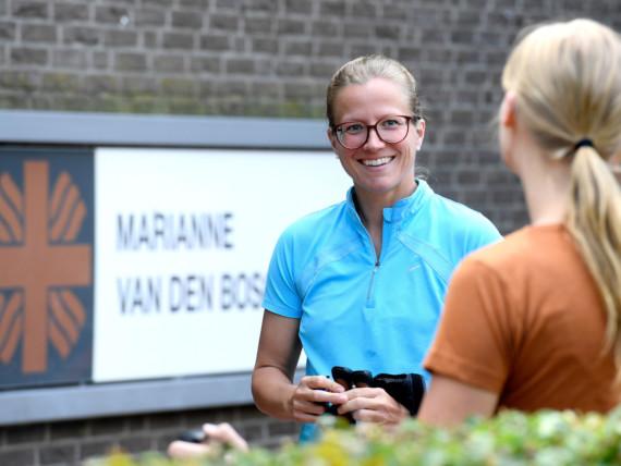 Eine Mitarbeiterin des Marianne van den Bosch Hauses im Gespräch mit einer Mitarbeiterin.