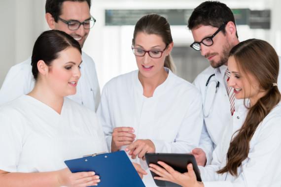 Junge Mediziner stehen im angeregten Gespräch zusammen.