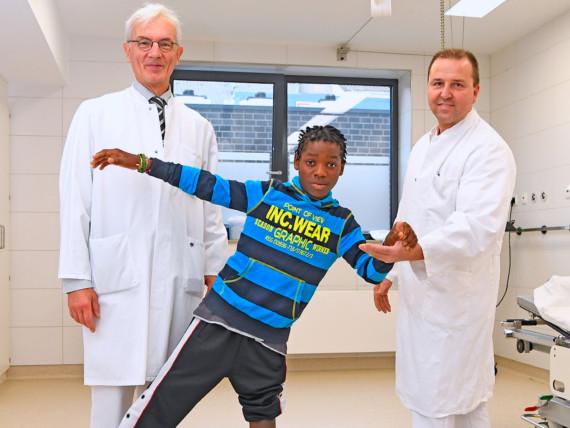 Freuen sich gemeinsam mit Fernando: Chefarzt Professor Christof Braun und Oberarzt Konstantin Deev (v.l.).