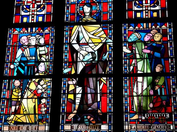 Ein Fenster in der Kapelle des Marienhospitals. Eine Inschrift sagt: Alle, die ihn berührten, wurden gesund.