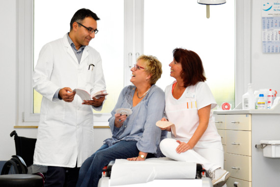Dr. Javed Pavez und Enterostomatherapeutin Bruni Berns im Gespräch mit einer Patientin.