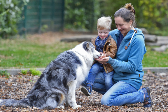 Anton Lorenzen mit seiner Mutter Liane Lorenzen und Hund. Anton kam als Frühchen zur Welt und hat sich dank perfekter Betreuung ganz normal entwickelt.