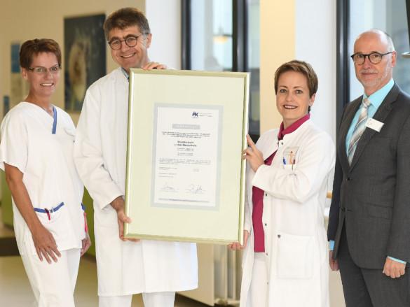 Freuen sich über die erfolgreiche Rezertifizierung des Brustzentrums: Breast-Care-Nurse Antonia Wertz, Chefarzt Dr. Lubos Trnka, Leitende Oberärztin Dr. Katrin van Heumen und Geschäftsführer Bernd Ebbers (v.l.)