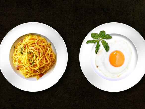 Verschiedene Gerichte aus der Vogelperspektive - Pasta, Spiegelei.