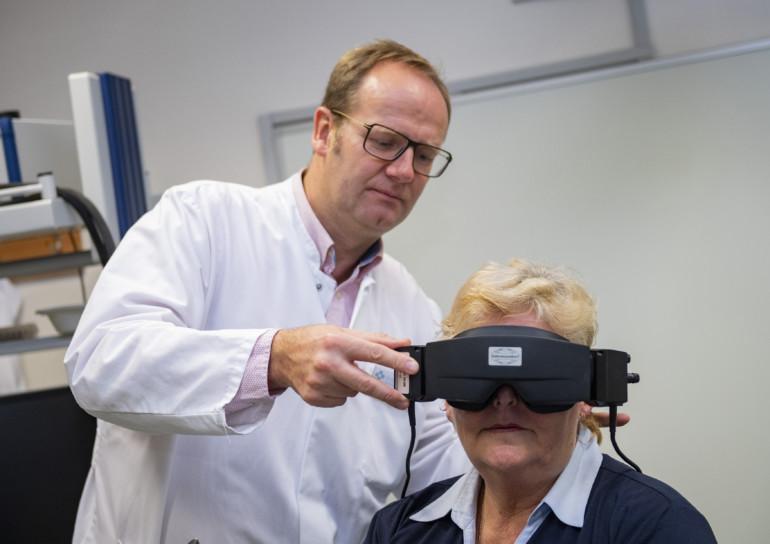 Chefarzt Dr. Klaus-Dieter Willenborg bei der Schwindeldiagnostik. Auch eine Videoanalyse der Augenbewegungen kann helfen.