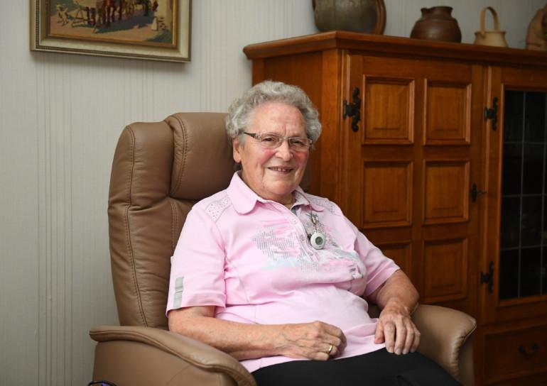 Elisabteth Reuvers in ihrem Wohnzimmer.