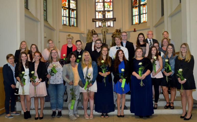 Gruppenfoto: Erfolgreiche Absolventen des Fachseminars für Altenpflege.