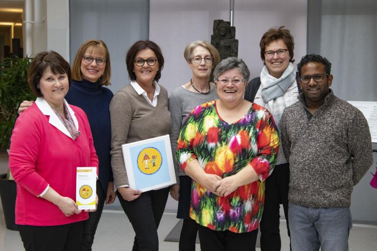 Der Vorstand des Fördervereins der Kinderklinik präsentiert sich stolz zum 20-jährigen Jubiläum.