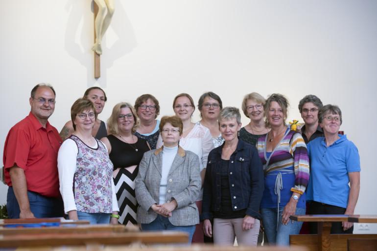 Gruppenfoto nach dem Abschlussgottesdienst der neuen Hospizbegleiter.