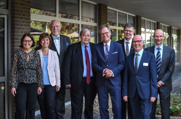 Gruppenfoto: Staffelstabübergabe von Chefarzt Verreet zu Chefarzt Müller.