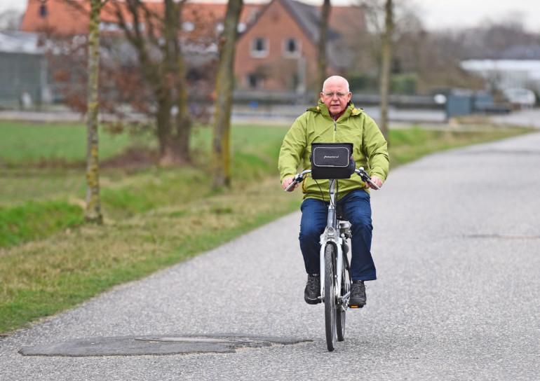 Heinz Venmann, Schlaganfallpatient, ist nach erfolgreicher Behandlung wieder sehr aktiv - hier beim Fahrradfahren.