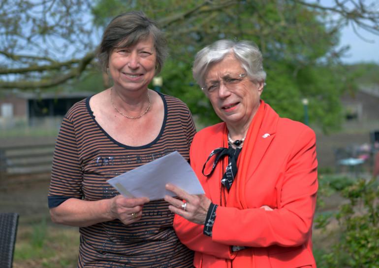 Dr. Angelika Mosch-Messerich (re.) freut sich über die Spende von Ursula Walter.