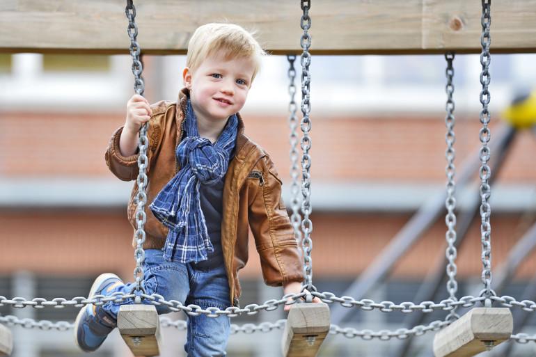 Anton Lorenzen auf dem Spielplatz. Anton kam als Frühchen zur Welt und hat sich dank perfekter Betreuung ganz normal entwickelt.