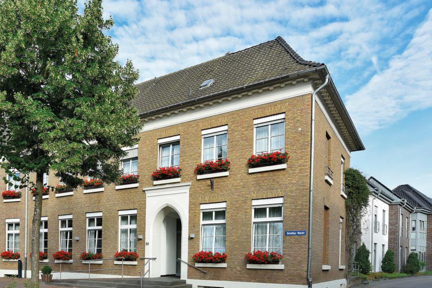 Der Altbau des St. Marien - Haus für Senioren in Kalkar-Grieth liegt direkt am Griether Markt.